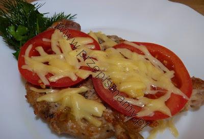 Kotlet schabowy zapiekany z serem i pomidorami