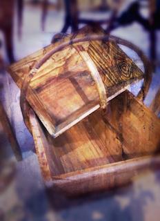 Composición con cestos de madera en la feria de antiguedades de noja