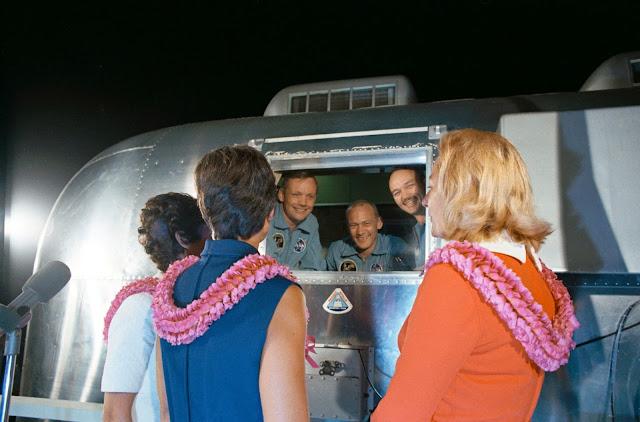 astronautas em quarentena encontram com suas esposas