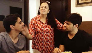 Sidharth Malhotra With His Mother And Brother