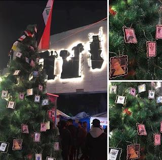 أشجار عيد الميلاد في العراق تتزين بصور ضحايا الإحتجاجات