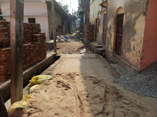 Jaunpur : ठेकेदार ने 8 माह से खोदकर छोड़ी पक्की गली, लोग परेशान