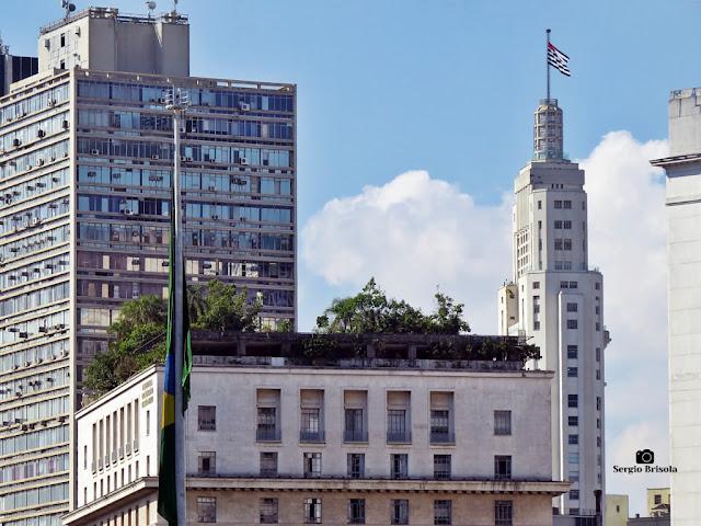 Fotocomposição com destaque para o Jardim da cobertura do Edifício Matarazzo e com o Edifício Altino Arantes ao fundo (direita) - Centro - São Paulo