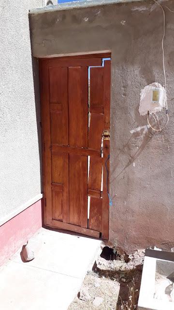 Diese Türe hat es notwendig. Mit Resten von Holzlatten fabrizieren wir nun ein neues Tor.