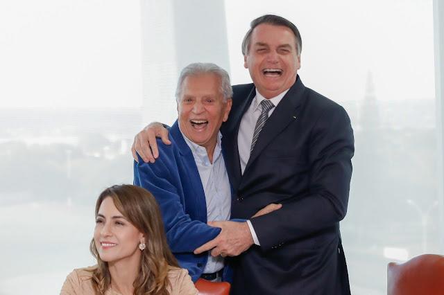 Bolsonaro surpreende e vai a pé do palácio à Câmara para homenagear apresentador