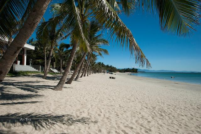 Bãi biển Dốc Lết với bãi cát trắng mịn