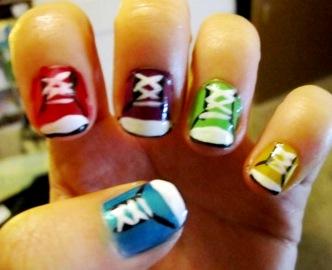 Foto de uñas de distintos colores con diseño de zapatos
