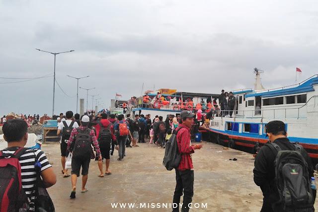 suasana di pelabuhan kali adem muara angke