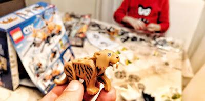 Montando uno de los sets de Lego que le regalaron a Javier en su último cumpleaños, y con los que jugamos a 6 manos.