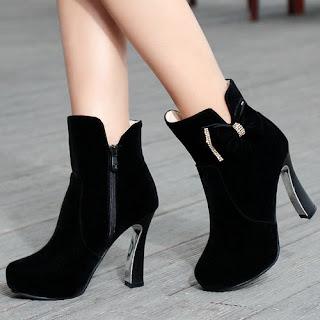 Sejarah dan Perkembangan High Heels  Fashion dan wanita adalah hal yang tidak bisa dipisahkan. Bagi fashionista, salah satu items yang wajib ada adalah high heels atau sepatu hak tinggi. High heels merupakan sepatu yang menaikan tumit penggunanya jauh lebih tinggi dari ujung jarinya. Christian Louboutin, Jimmy Choo adalah salah satu designer yang tidak asing lagi dalam hal high heels. Tapi apakah Anda mengetahuinya, asal usul dari sepatu hak tinggi tersebut? Berikut ulasannya: Mulai ada sejak 3500 SM    Pada waktu itulah pertama kalinya high heels lahir dan ditemukan di Mesir, di mana ada bukti gambar para orang Mesir Kuno menggunakan heels berjenjang saat berada di bangunan kuno. High heels juga digunakan oleh sang Raja untuk lebih terlihat tinggi dan kuat dibandingkan pasukannya. Praktis digunakan saat Abad Pertengahan Abad pertengahan merupakan masa di mana terdapat wabah pes dan semua orang berupaya untuk melakukan  bersih-bersih di rumah, termasuk menggunakan alas kaki sebagai pelindung semaksimal mungkin saat berada  di jalan. Maka tak heran, jika heels menjadi sangat populer pada masa itu.  High heels berkembang di abad 12    Pada abad ini, alas kaki high heels mulai berkembang menjadi item fesyen hingga sekarang. Sepatu jenis heels