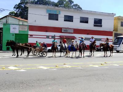 Em março de 2016, eu havia fotografado alguns cavaleiros e cavaleiras que vinham em cavalgada de outro bairro para o Pico da Villa
