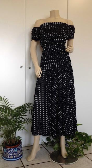 d01a2f97a1f7d Bellissimo abito nero da sera anni 50 in chiffon a pois bianchi. Vita bassa  pieghettata con ampia gonna lunghette a ruota. L abito è stato acquistato a  ...