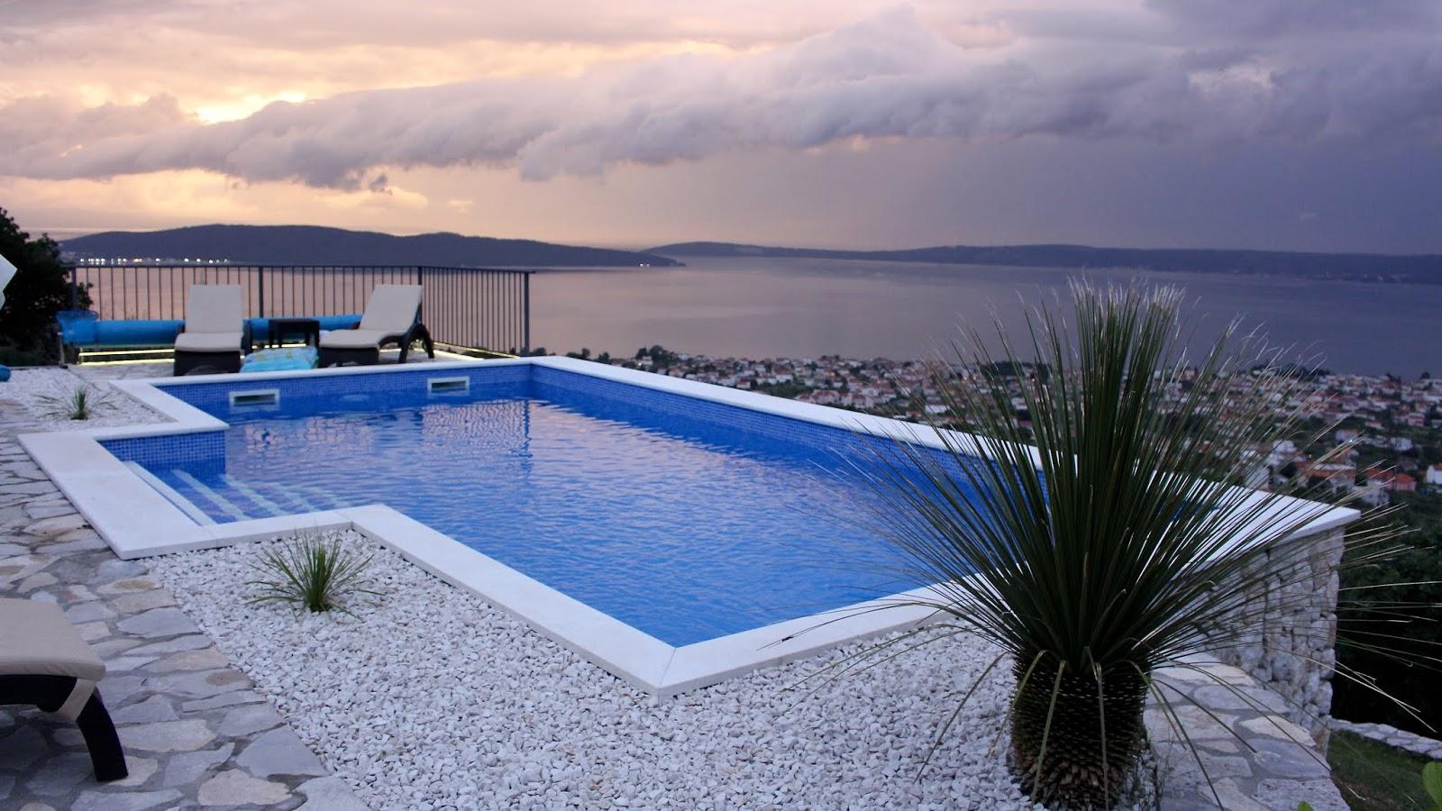 Villa Hill View, Kroatien, der Pool in der Dämmerung nach einem Gewitter