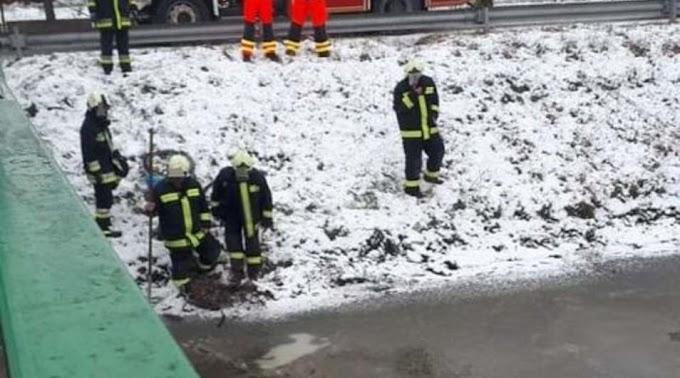 Tűzoltók keresték a jég alatt a férfit, de ő otthon szundikált