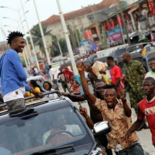 Mammoth Crowd Welcomes Efe On His First Trip To Warri After Big Brother Naija Show 1