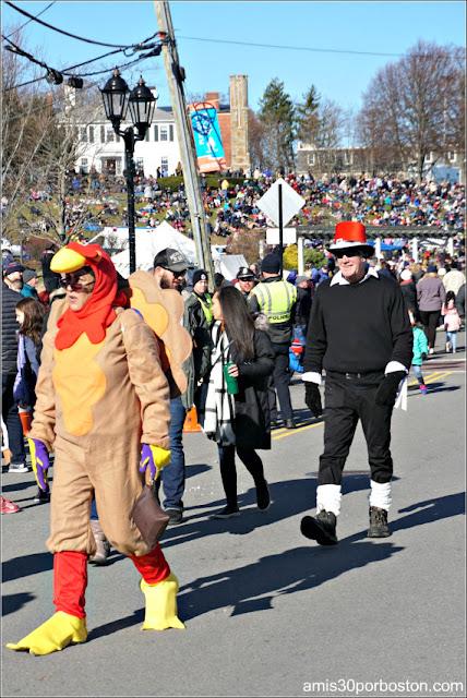Disfraces de Pavo y Peregrino en el Desfile de Acción de Gracias de Plymouth