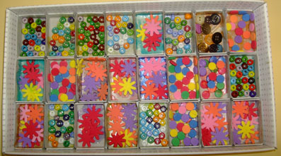 dc103df133b2 les enfants ont choisi ce qu il voulait accumuler   perles, gommettes ou  fleurs de mousse, boutons... et ont collé leur collection avec de la colle  à ...