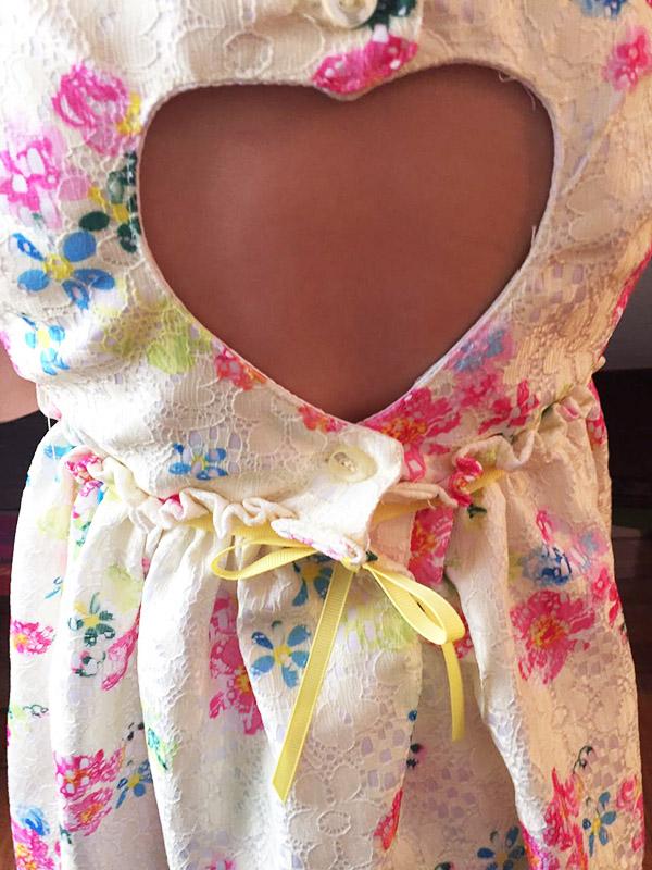 Detalle vestido de nena verano.
