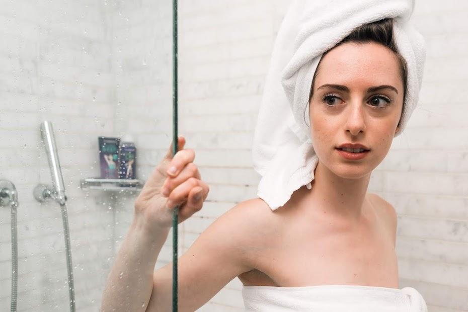 Frau nach dem Duschen. Wasser entzieht der Haut Feuchtigkeit.
