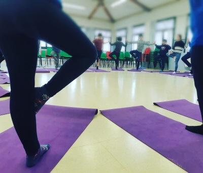 yoga con niños en el colegio