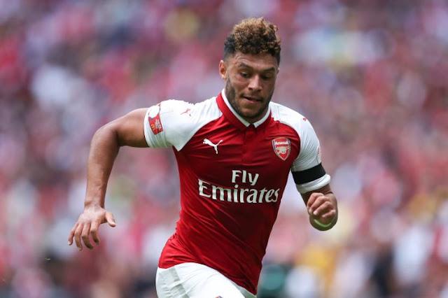 """Ấm ức vụ """"40+1"""", Arsenal ngăn Chamberlain đến Anfield"""