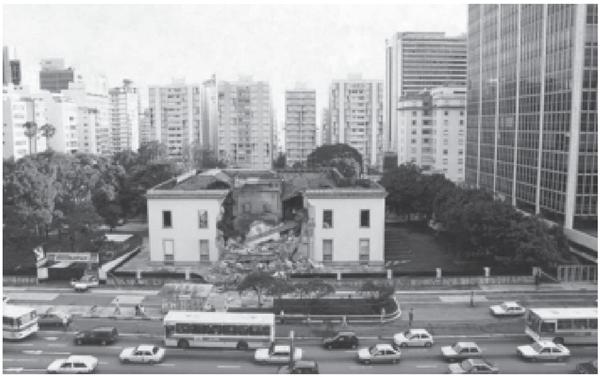 Vista parcial do Palacete Matarazzo, na Avenida Paulista, em janeiro de 1996, em fase de demolição.
