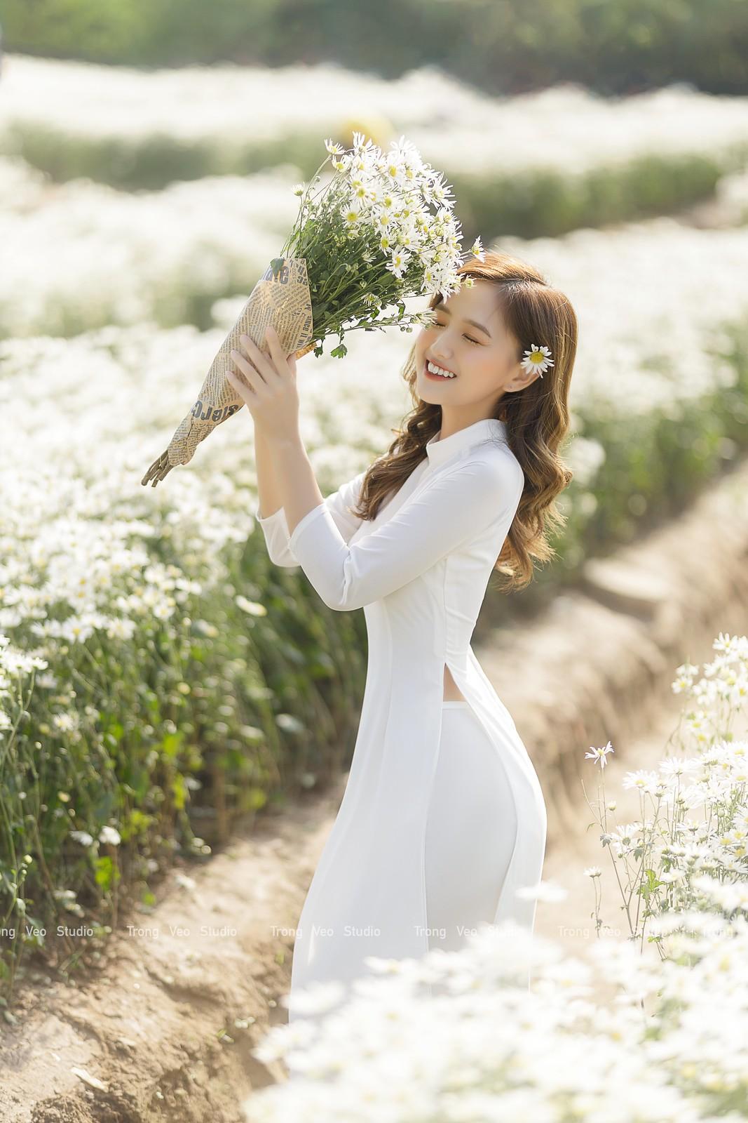 Ngắm hot Girl Thu Hương xinh đẹp như hóa trong tà áo dài trắng bên cúc họa mi - 17