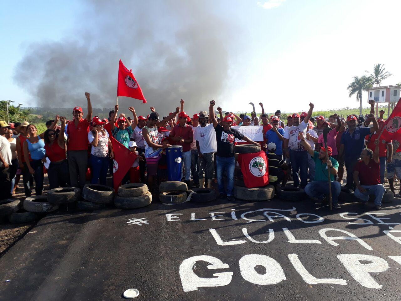 MST fecha estradas em apoio a lula