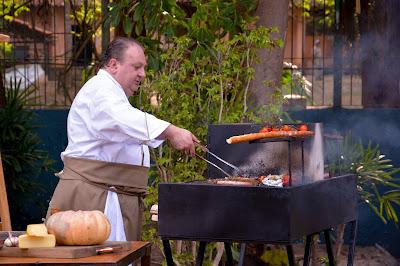 Erick Jacquin prepara sua versão de churrasco. Crédito: Luccas Mattos/Vibra Studio