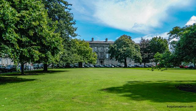 Área verde no Trinity College de Dublin