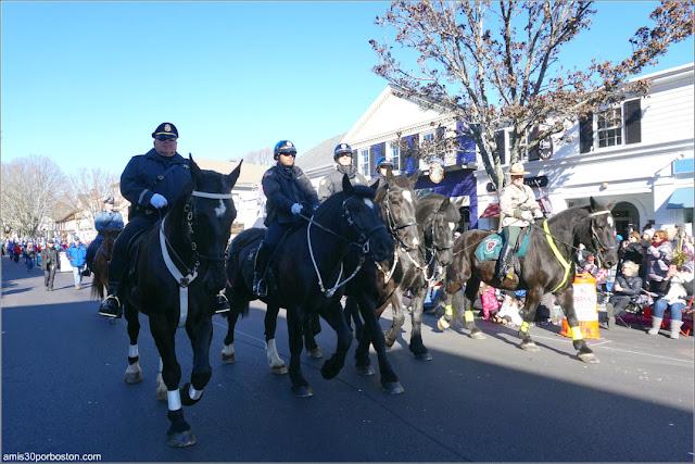 Cuerpos de Seguridad en el Desfile de Acción de Gracias de Plymouth