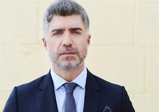 النجم التركي أوزجان دينيز يردّ على إنتقادات تقبيله لإبنه على فمه