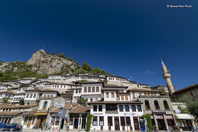 Barrio de Mangalemi, Berat - Albania, por El Guisante Verde Project