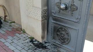 رجل تركي يحرق باب كنيسة متهمًا المسيحيين بأنهم السبب في انتشار وباء كورونا