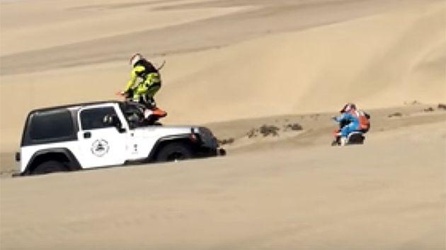 Motociclista golpea una Jeep con su moto en una acrobacia