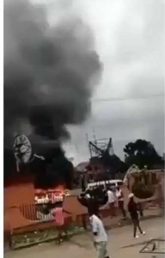 Aba Town Hall set on fire by an angry mob in spite of a curfew (videos)