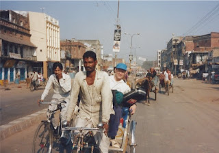 I'm traveling to the Kanpur train station in a rickshaw.