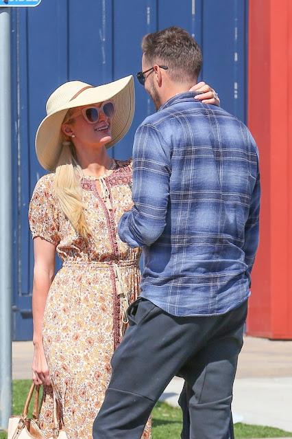 Paris Hilton – Shopping at the Malibu Coutnry Mart