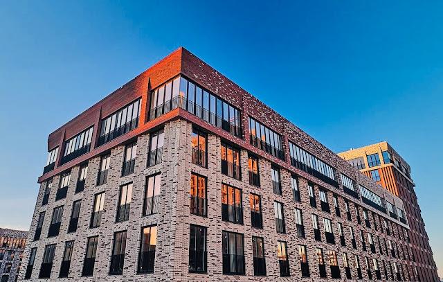 коричневое здание