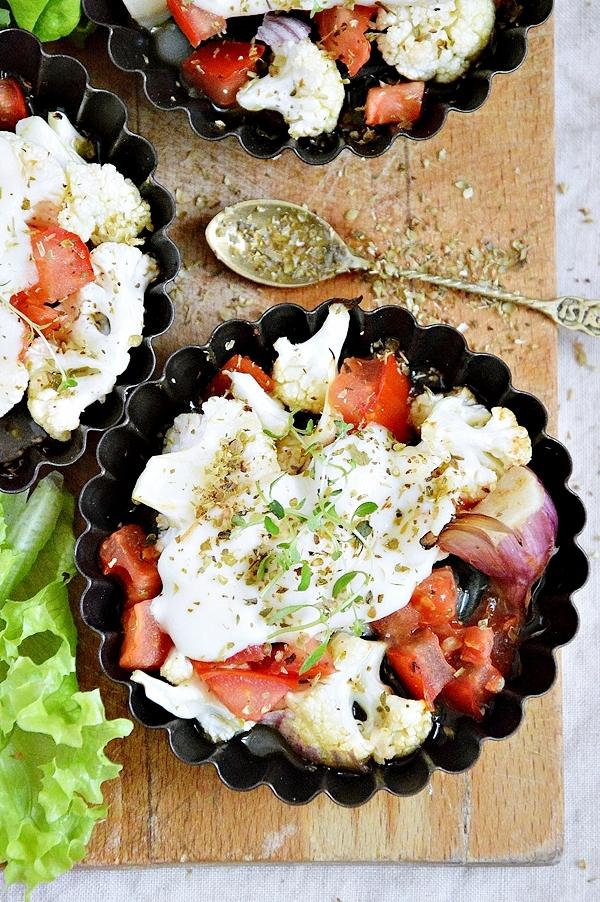 Pieczony kalafior z pomidorami, czosnkiem i mozzarellą