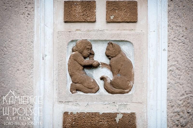 Wągrowiec. Kamienica. Willa. Detal. Kot i chłopiec.