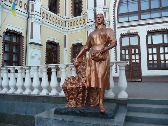 Козятин. Вінницька область. Залізничний вокзал. Скульптура селянки