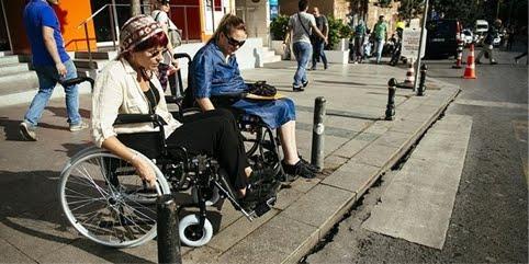 Istanbul'da tekerlekli sandalye kullanan engelliler
