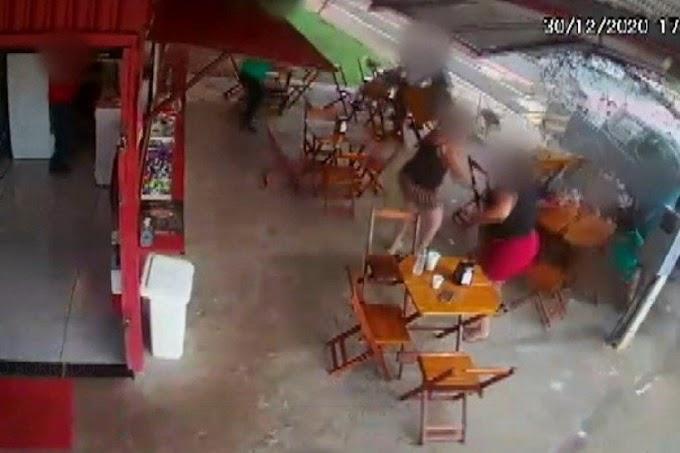 Vídeo: Caminhonete invade lanchonete, mata pastor e fere oito pessoas