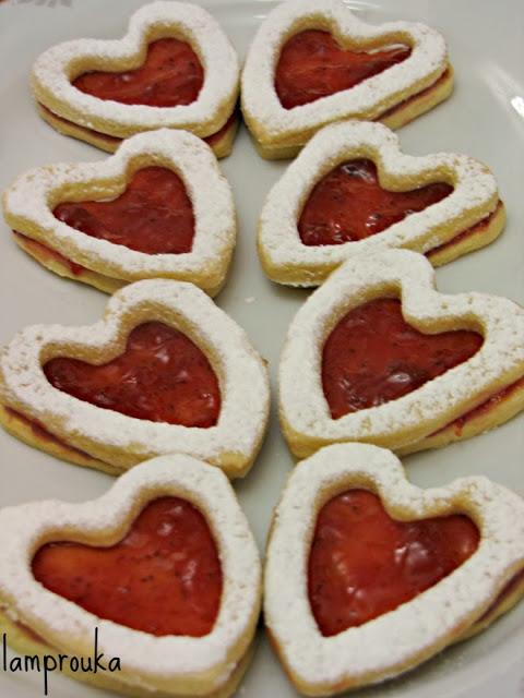 Χριστουγεννιάτικα μπισκότα καρδιές με μαρμελάδα.