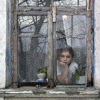 yağmurda pencereden bakan canlı kız resmi ile ilgili görsel sonucu
