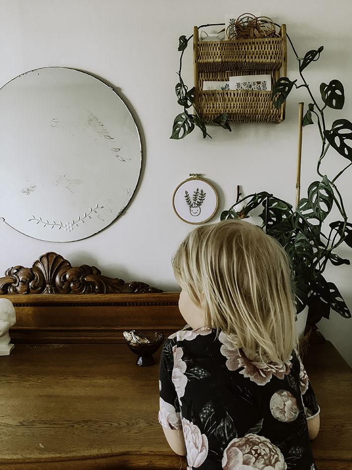 Boheemi sisustus, kirjontatyö, kotona