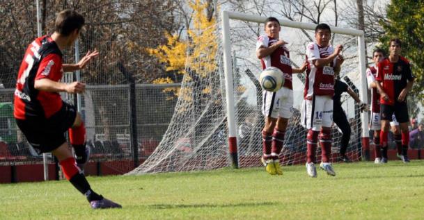 Newells prueba jugadores en el Club Richieri de Villa Gdor. Gálvez
