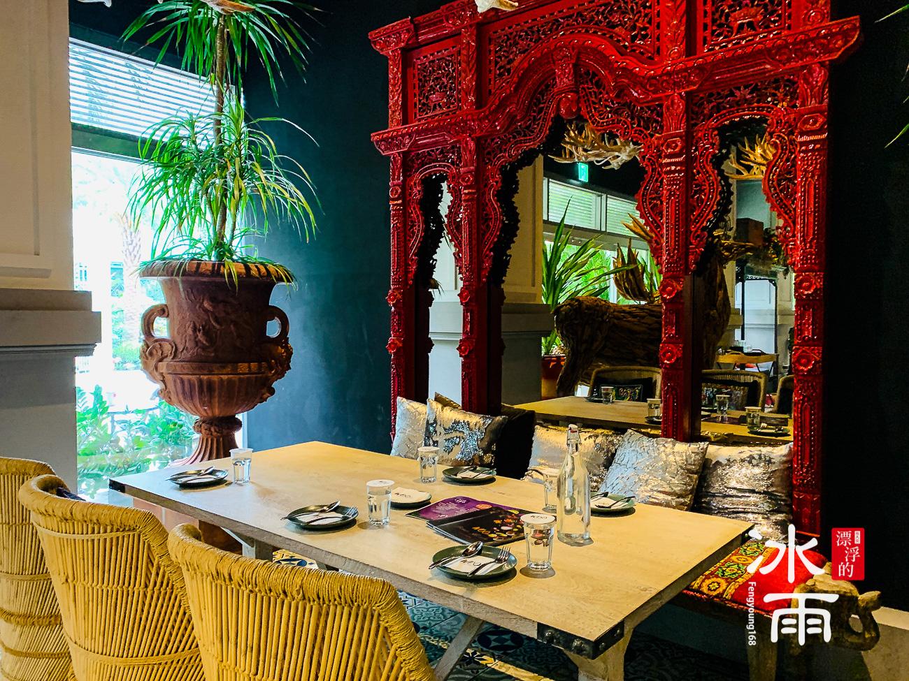 牆壁上的大型鏡子,的確是清邁的特色~泰國、東南亞的特色