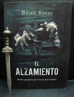 Portada del libro El alzamiento, de Brian Keene